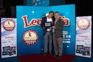 Marco Carrisi, direttore di Carrisiland riceve il premio da Roberto Canovi, direttore di Parksmania.it